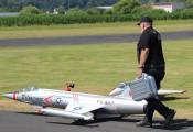 """Auf dem Weg zum Start :: Peter Cmyral, Doyen der steirischen Modellflugszene, mit seinem """"Starfighter"""""""