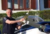 Flugzeugtaufe 2016 :: Präsident Klaus Richter tauft stolz die neu gestaltete D-KIAT