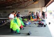 Besuch aus Wr.Neustadt (15.06.2017) :: Im Hangar wird geschützt von der Sonne fleißig gepackt