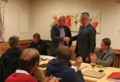 Generalversammlung 7.Oktober 2016 :: Präsident Klaus Richter bedankt sich bei Luis Trummer für die langjährige Mitarbeit im Präsidium