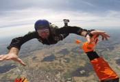 Ausbildung im Skydive Airteam :: Gemeinsam mit dem Sprunglehrer wird die korrekte Freifallhaltung geübt