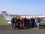 """Fallschirmkurs 2016 :: Gute Laune bei den 6 Teilnehmern (Mitte), flankiert von den """"alten Hasen"""""""