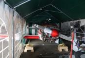 Mini-Werkstatt im Hangar :: Eng aber ausreichend ist der Platz im Inneren des Zelts