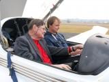 Ausbildung zum Motorpilot in Fürstenfeld :: Ausbildungsleiter Josef Puntschuh und PPL-Schüer Christian bei der Flugvorbereitung in der OE-CBF