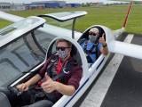 Virenschutz beim Segelflug :: zwei nicht identifizierbare Piloten halten sich an die Vorsichtsmaßnahmen
