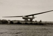 Ka8 im Jahre 1965 :: Adam Mader landet nach seinem Silber-C Flug auf der damals noch nicht asphaltierten Piste