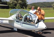 Erstflug DG-1000S :: Gespannt vor dem Start: 1.Pilot Klaus Richter, 2.Pilot Werner Schnalzer, dainter die Starthelfer Werner Fenz und Phillip Winkelmayer